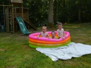 De drie deugenieten in het zwembadje.